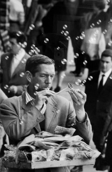Ambulante vende bolle di sapone, Venezia 1960
